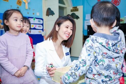 支持中国聋儿康复项目 林心如现身Nuna慈善捐赠活动